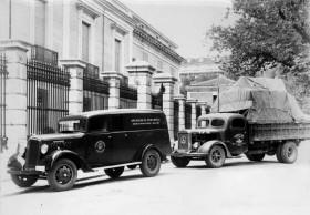 Salvaguarda del Tesoro Artístico Nacional durante la Guerra Civil española · Museo del Prado · Furgoneta de la Junta y camión militar preparados para el traslado de cuadros a Valencia